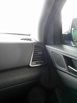 """Inserts en """"Dark Metal"""" sur le volant, les ouïes de ventilation, les poignées de portes et autour de l'écran de navigation"""